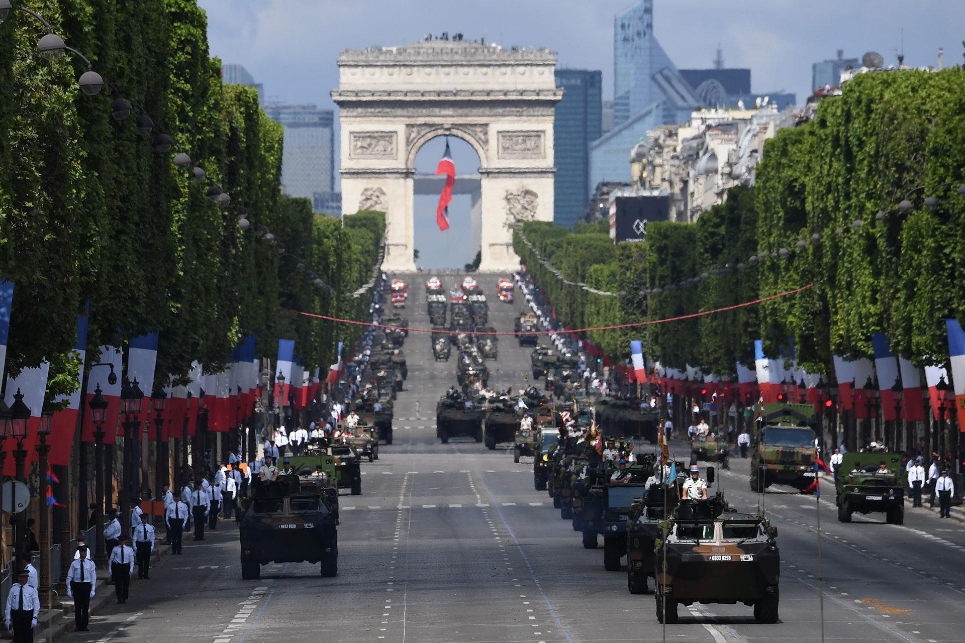 Las tropas francesas desfilan durante la tradicional fiesta nacional anual por el Día de la Bastilla. (AFP)