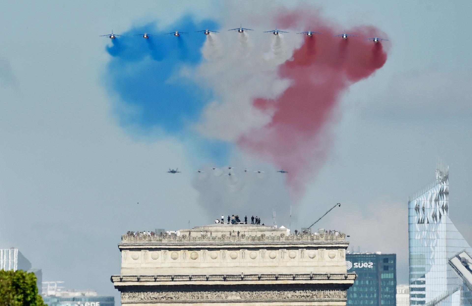 Los colores de la bandera de Francia producidos por los Alphajet franceses (AFP)