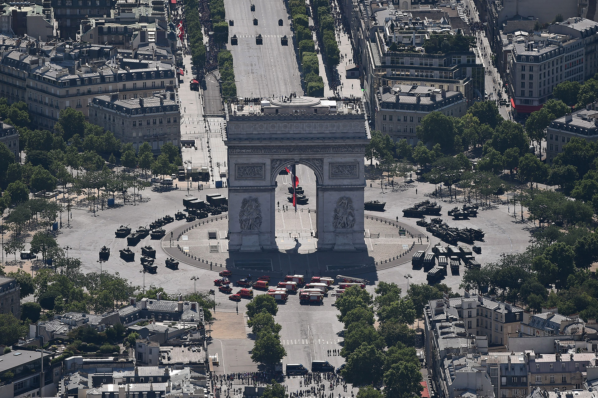 Francia celebra el 'Día de la Bastilla' al ritmo de Daft Punk