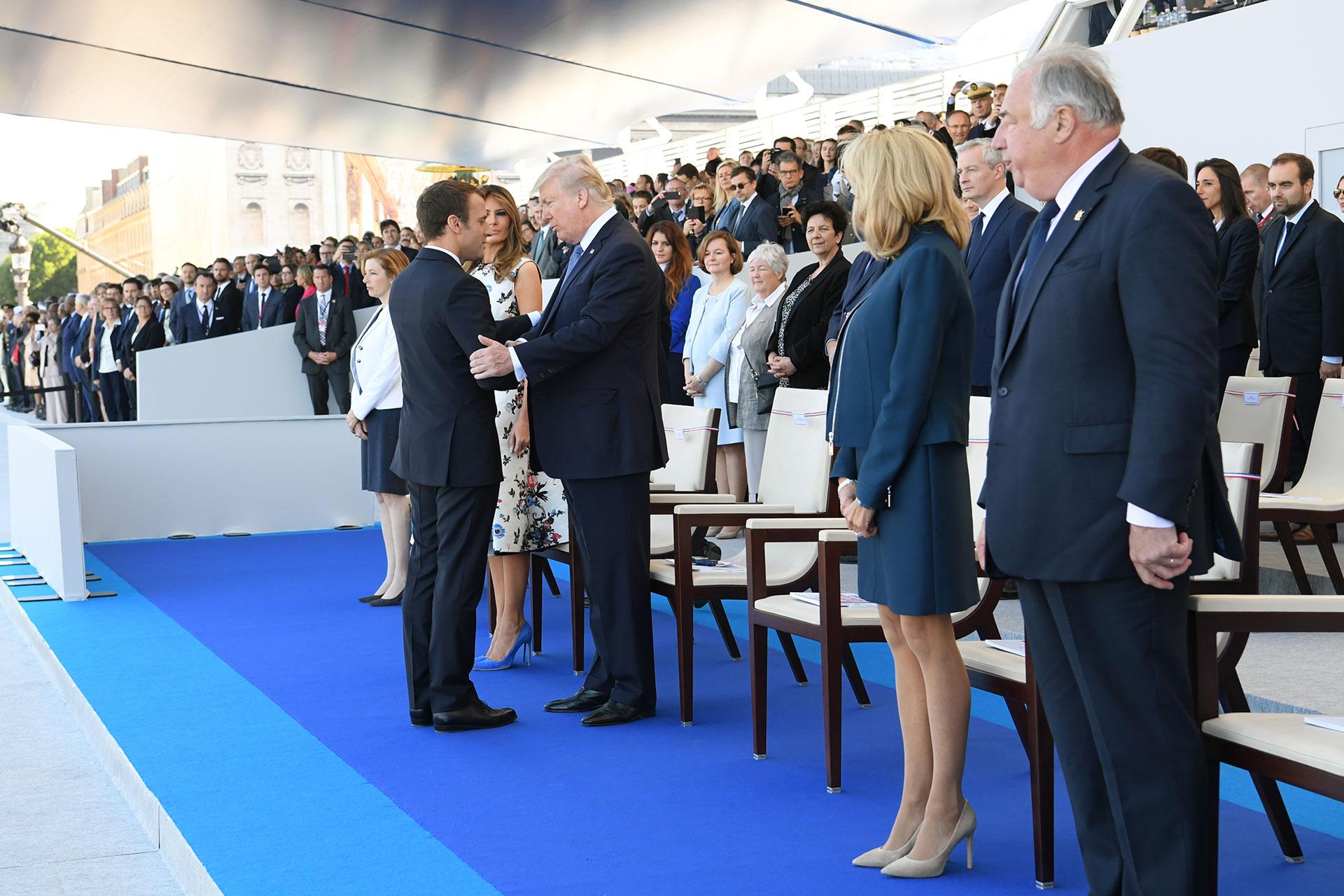 Emmanuel Macron le da la bienvenida a su par estadounidense, Donald Trump (AFP)
