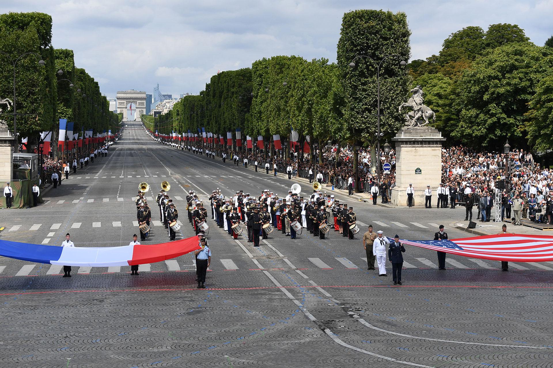 El respeto a la bandera francesa y la bandera estadounidense culminaron el desfile militarpor el Día de la Bastilla (AFP)