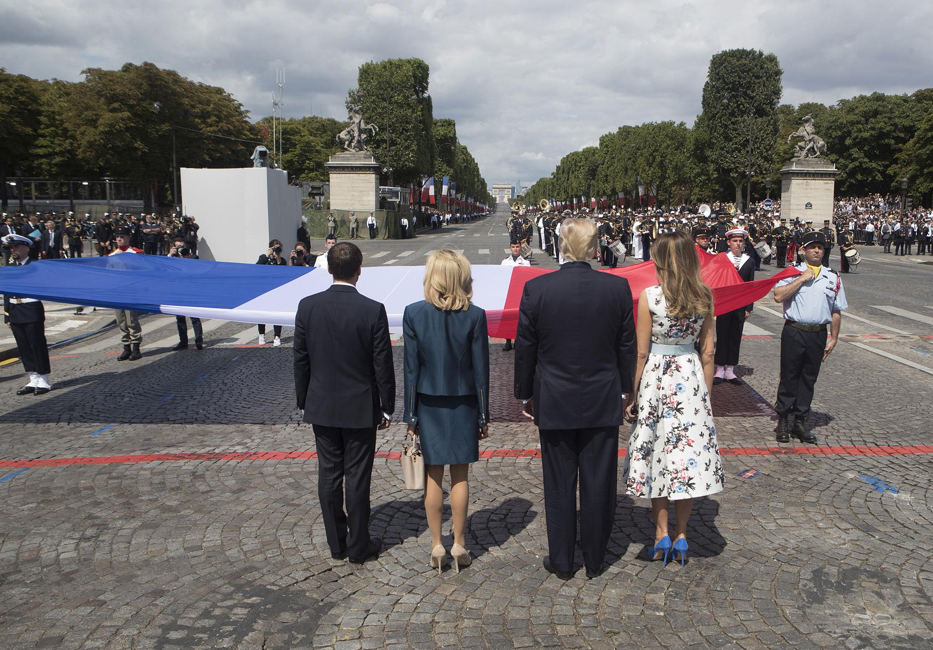 Los mandatarios conmemoran la bandera francesa al final del evento (AFP)