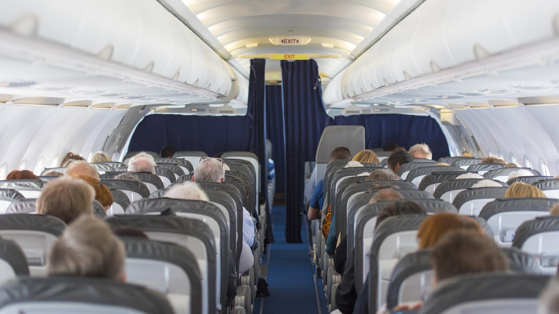 Antes de cada despegue se le informa a cada pasajero en donde están las salidas y los protocolos de seguridad (Istock)