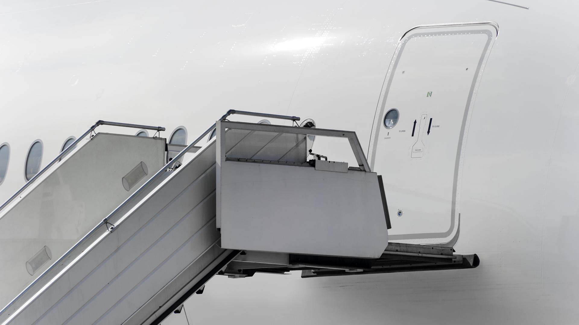 Es un requisito que cuenten con todos las herramientas de seguridad del vuelo (Istock)
