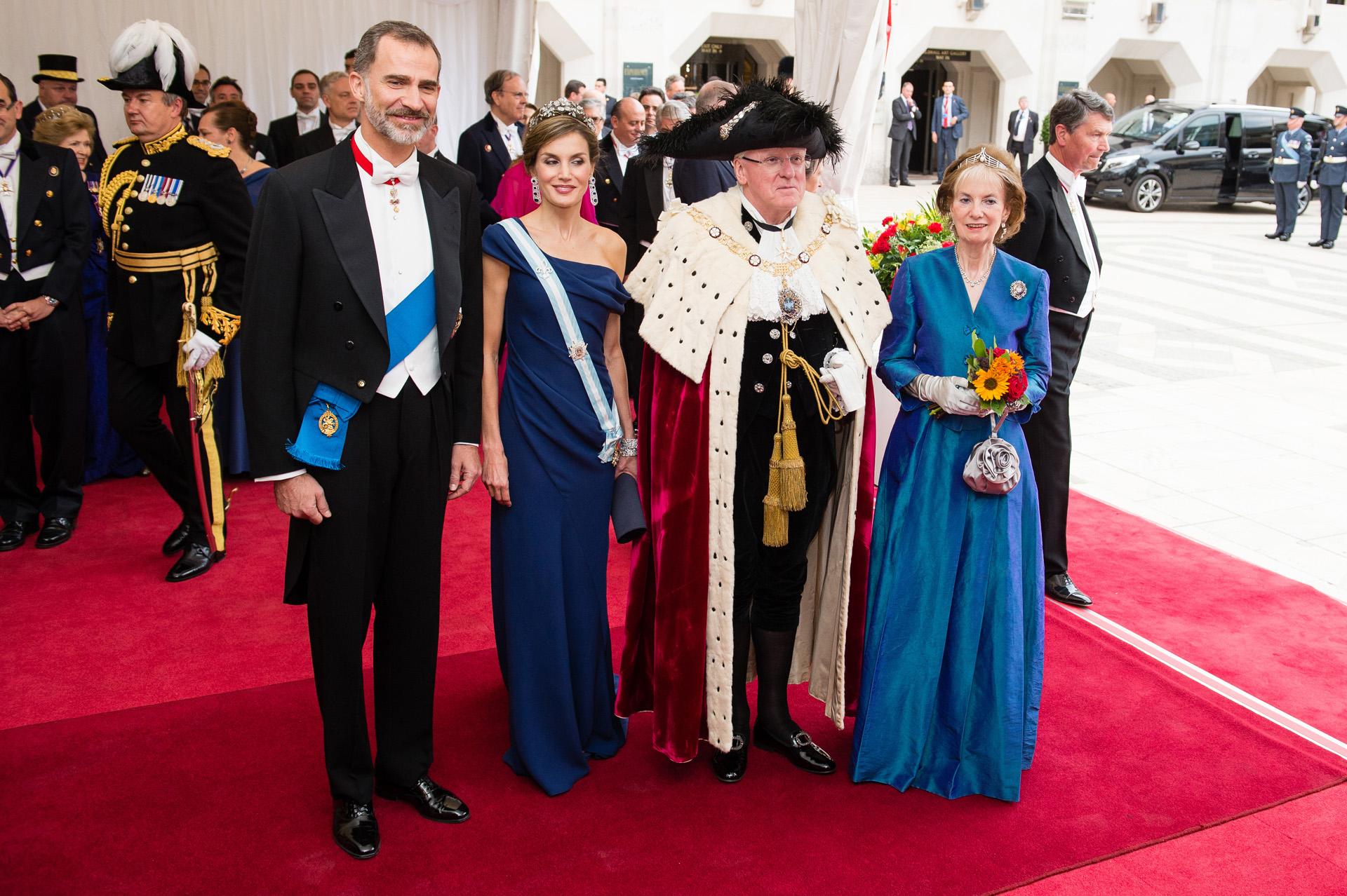 El último look que Letizia escogiódurante este viaje de Estado fue el más comentado. Para asistir a la cena de gala organizada por el alcalde de Londres y su mujer, la reina española se inclinó delicado vestido azul añil de seda con escote asimétrico (Photo by Jeff Spicer/Getty Images)