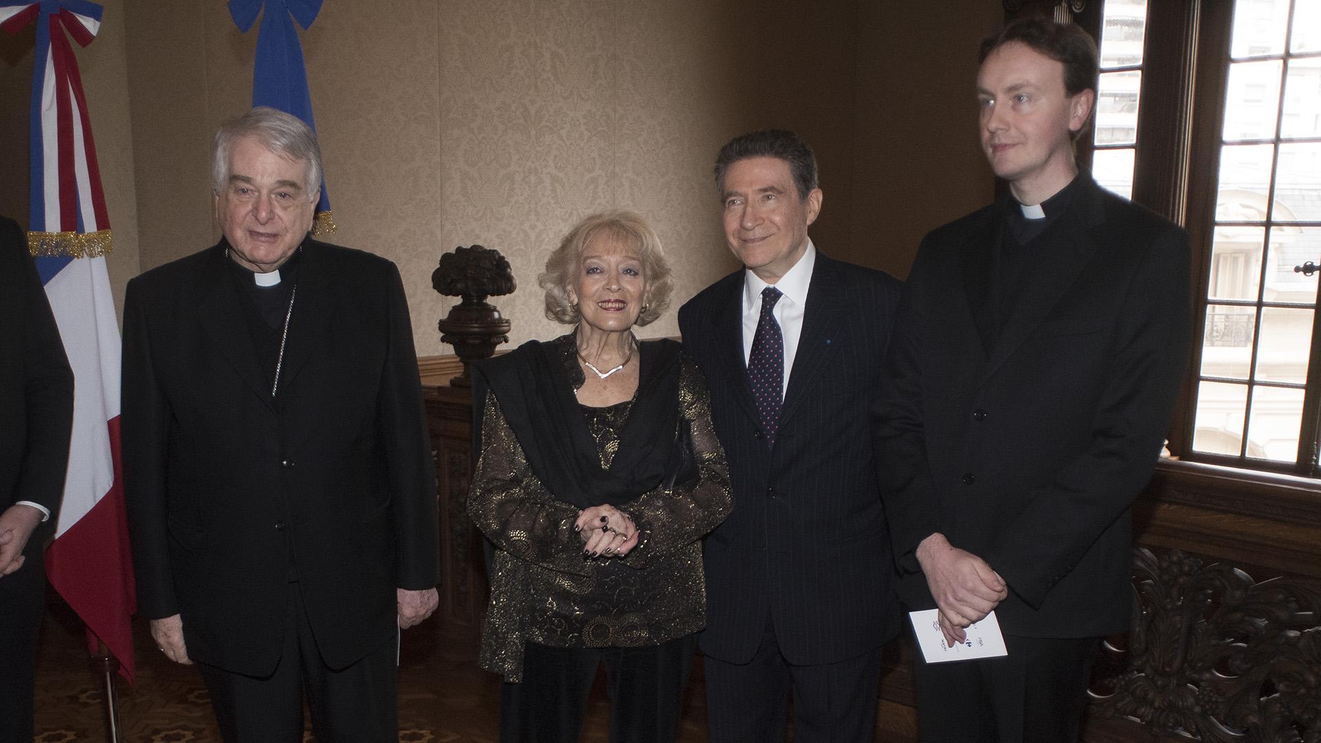 A la izquierda, el Nuncio Apostólico, Emil Paul Tscherrig