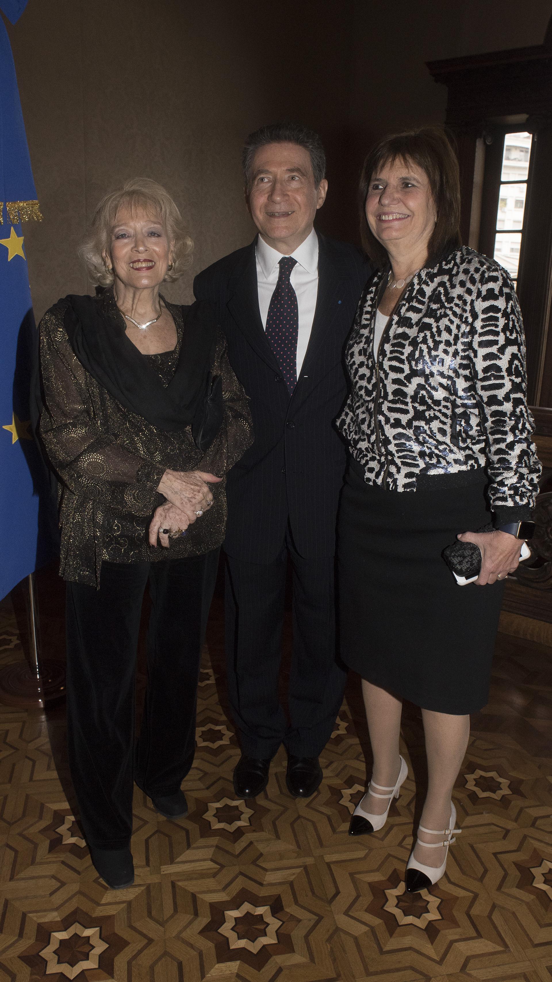 El embajador y su esposa, Marie-Carmen Boué-Guignard, recibieron a la ministra de Seguridad, Patricia Bullrich