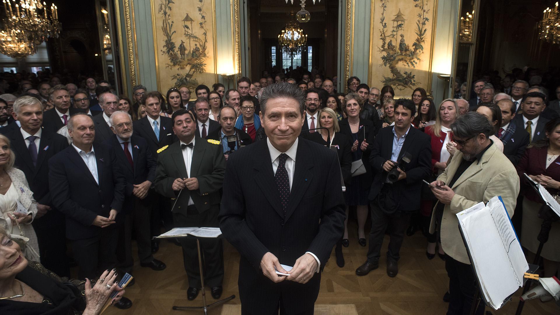 El embajador de Francia posó junto a los invitados a la gran recepción