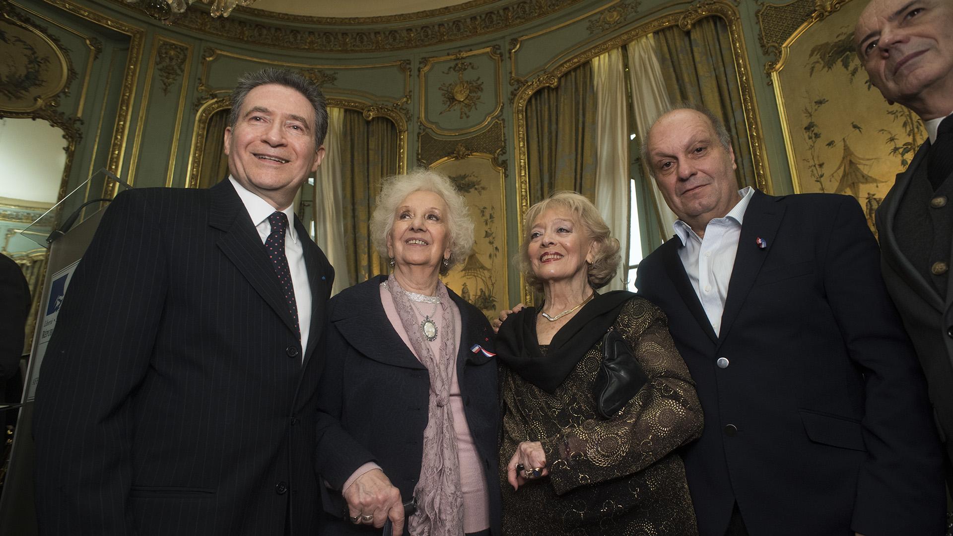 El embajador francés y su mujer junto a Estela de Carlotto, Hernán Lombardi y Jorge Telerman