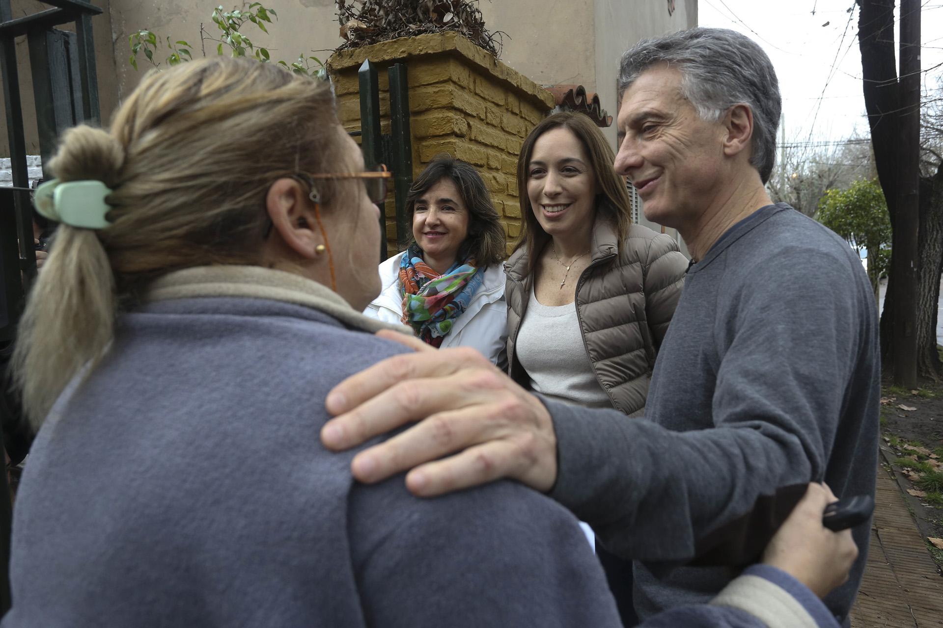 El Presidente de la Nación, Mauricio Macri junto la gobernadora de la Provincia de Buenos Aires, María Eugenia Vidal conversaron con vecinos