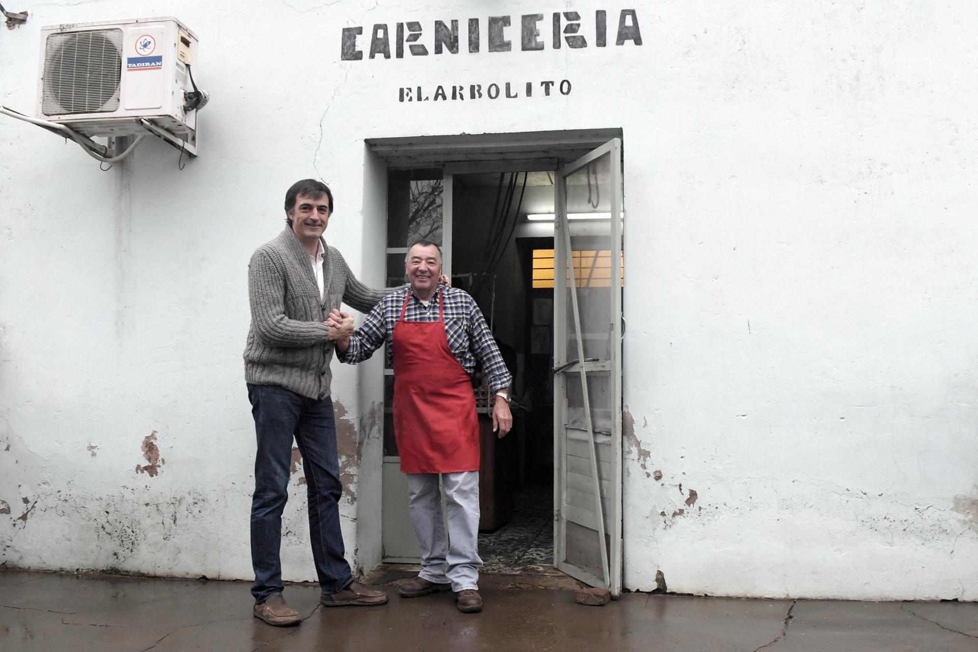 El primer candidato a Senador Nacional por la provincia, Esteban Bullrich, visitó una carnicería en Junín, localidad en la que vive parte de su familia. Y su compañera de lista, Gladys González conversó con amigas en su tierra natal, Bolívar