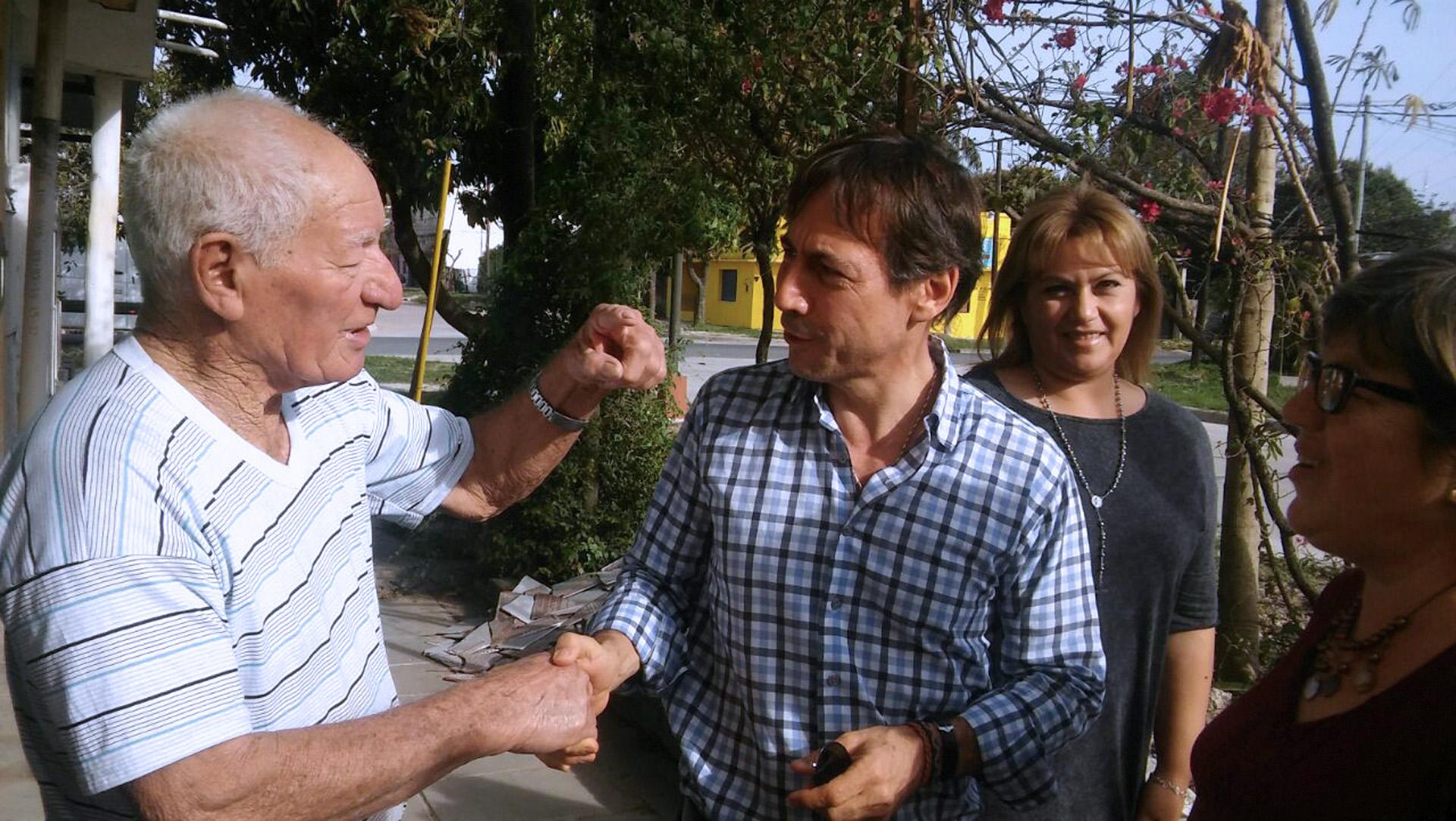El precandidato a senador por Cambiemos, Luis Naidenoff, recorrió el barrio Virgen del Pilar, en la ciudad de Formosa, en el marco del timbreo nacional que realizó el Frente