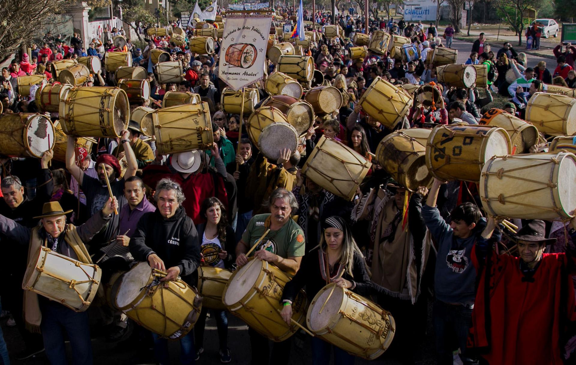 """Miles de personas participaron hoy de la decimoquinta edición de la marcha de los bombos con motivo de los festejos por el 464 aniversario de la fundación de Santiago del Estero, la denominada """"Madre de Ciudades"""" de la Argentina"""