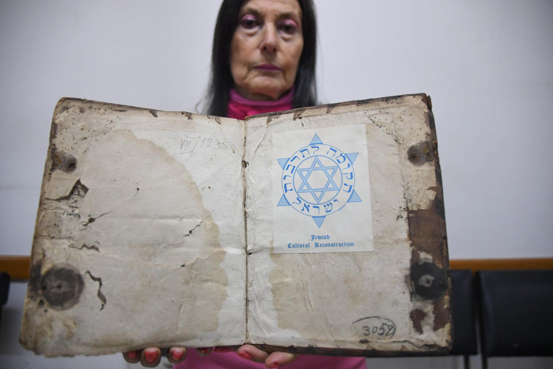 """La directora académica del IWO, Ester Szwarc, recordó la epopeya que significó el rescate del patrimonio cultural de su institución, que funcionaba en la sede de la AMIA hasta el atentado de 1994, y que unos """"800 jóvenes lograron recuperar muchos materiales que ya habían sobrevivido al nazismo y al Holocausto"""""""