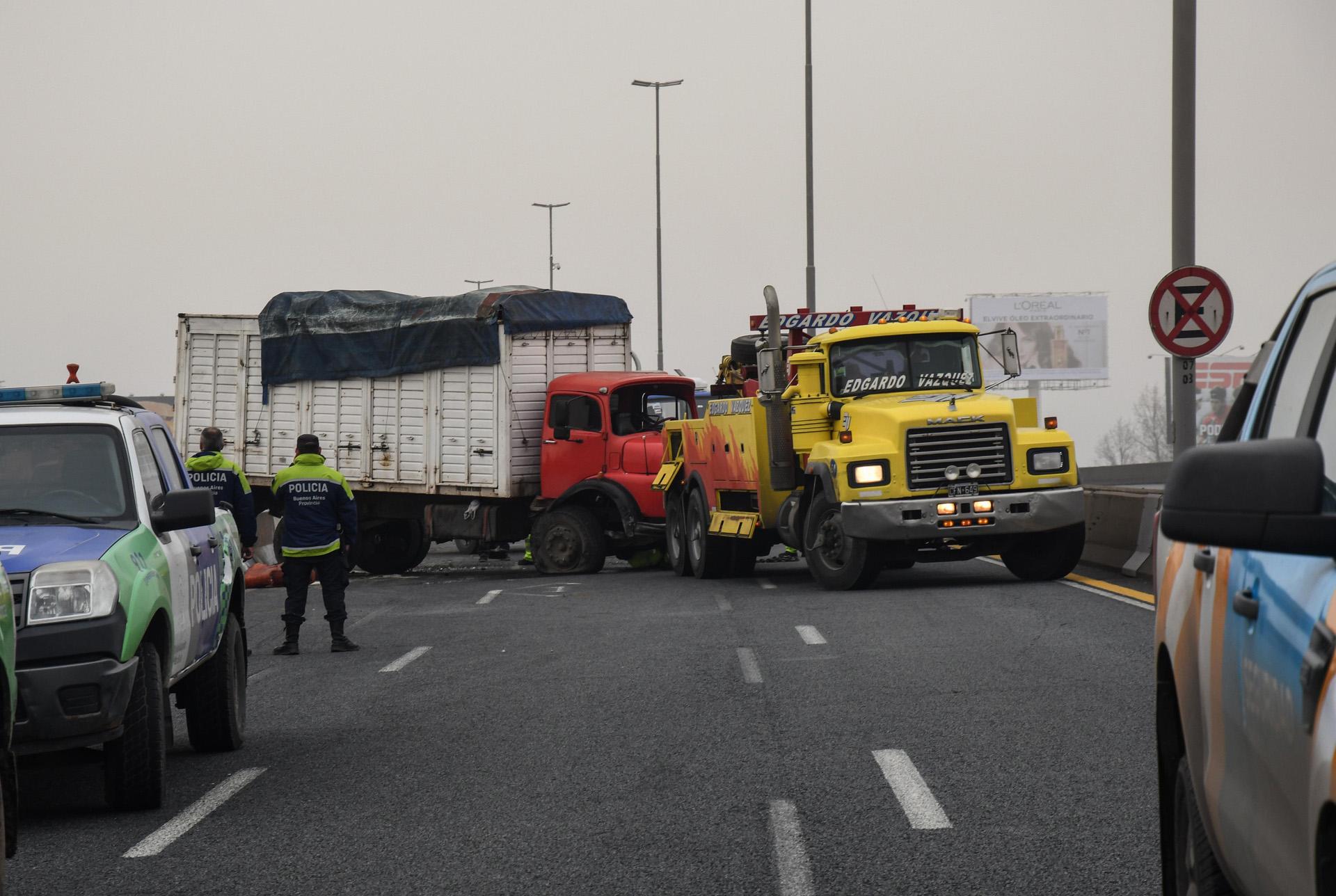 Un camión cargado de verduras, volcó esta mañana en la autopista Buenos Aires La Plata, sentido a Capital, a la altura del peaje de Dock Sud