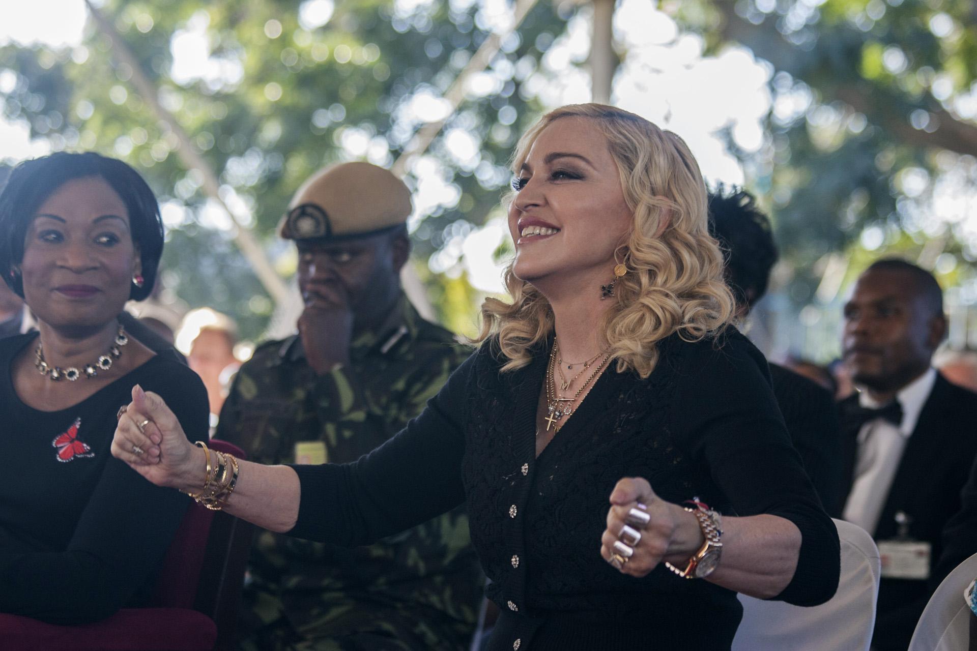 Madonna junto a la primera dama de Malawi, Gertrude Mutharika, durante la ceremonia de apertura del Mercy James Children's Hospital, en el Queen Elizabeth Central Hospital en Blantyre, Malawi