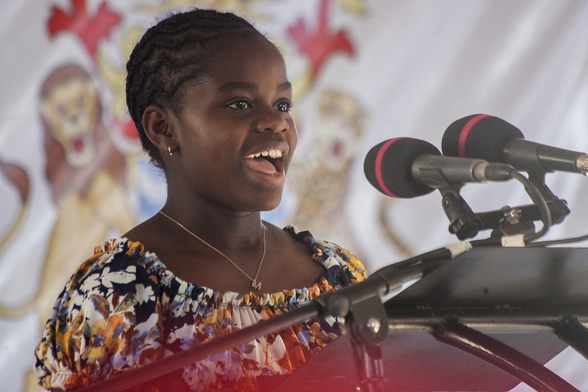 La niña durante un emotivo discurso que movilizó a su madre