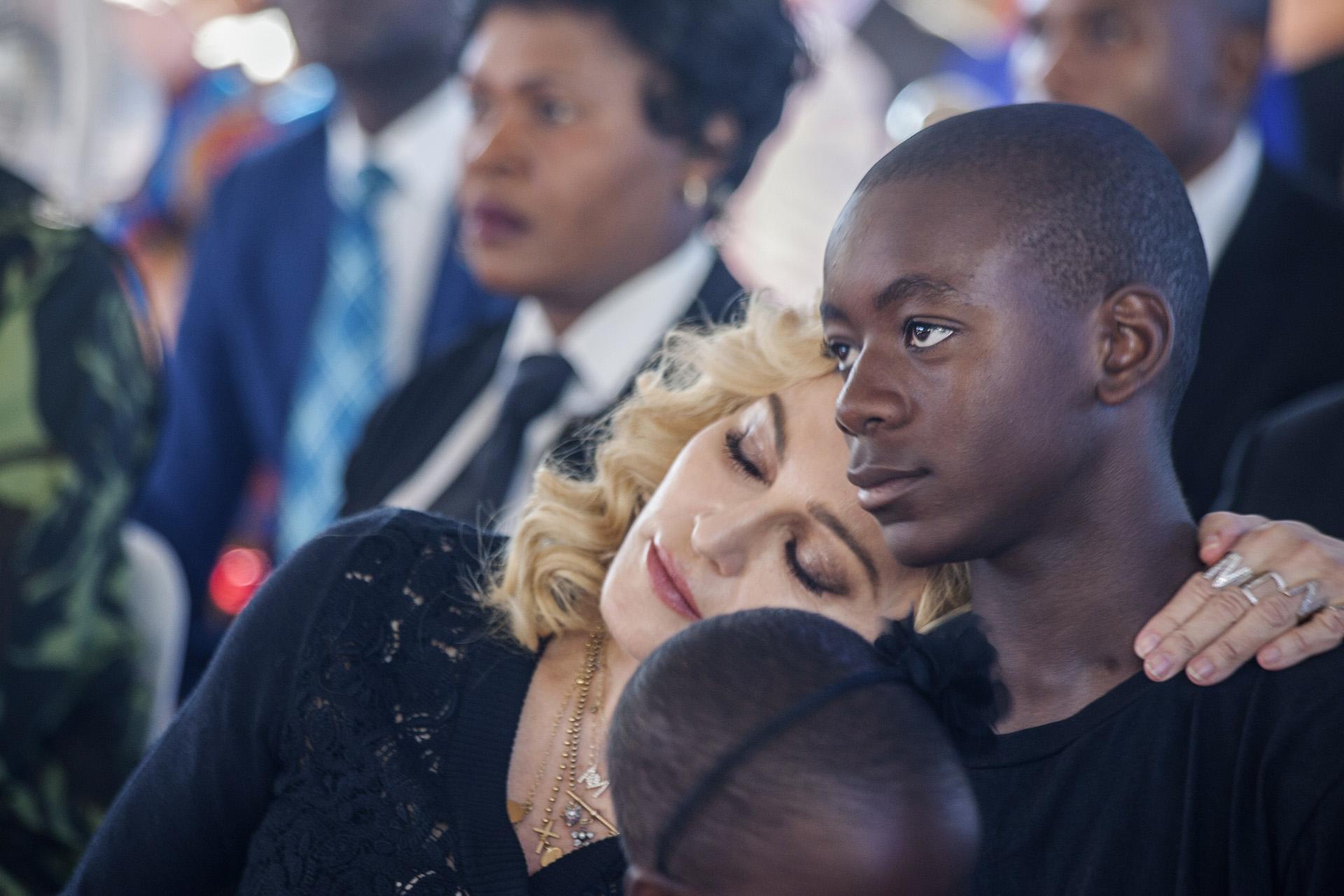 Madonna apoya su cabeza sobre el hombro de su hijo, David Banda