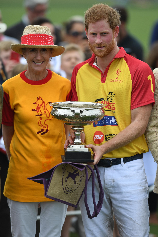 Harry posa con el trofeo en el Jerudong Trophy en el Cirencester Polo Club, uno de los clubes de polo más tradicionales del mundo /// Fotos: AFP