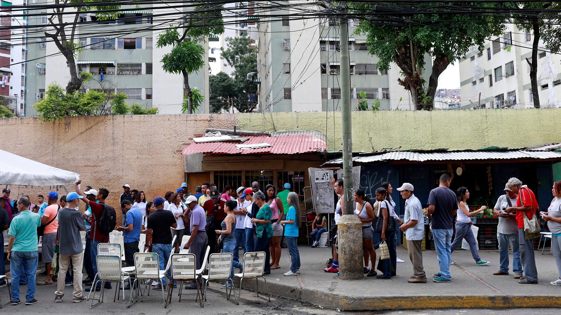 Largas filas para votar en todo el país (Reuters)