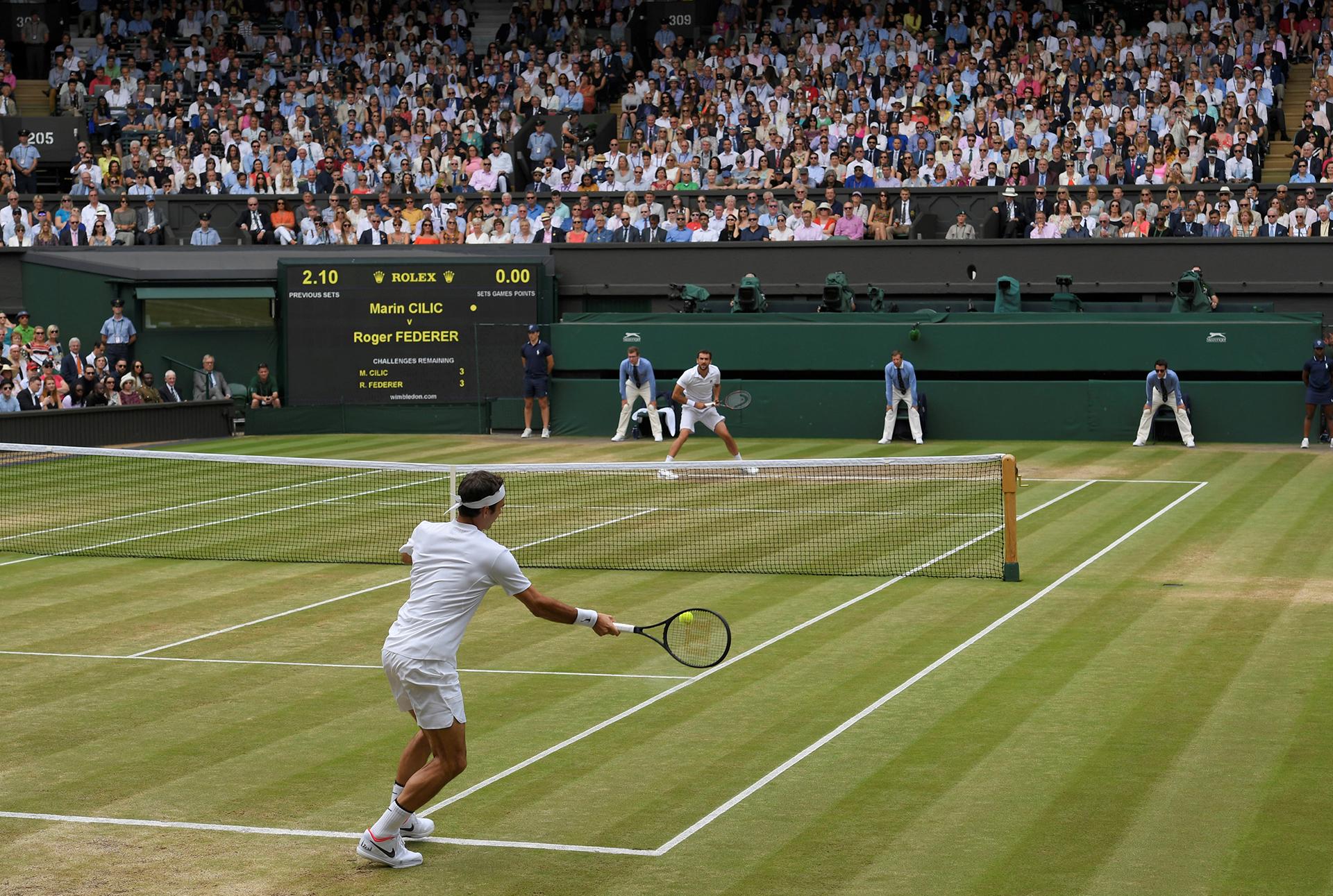 La devolución de Roger Federer durante el primer set REUTERS/Toby Melville