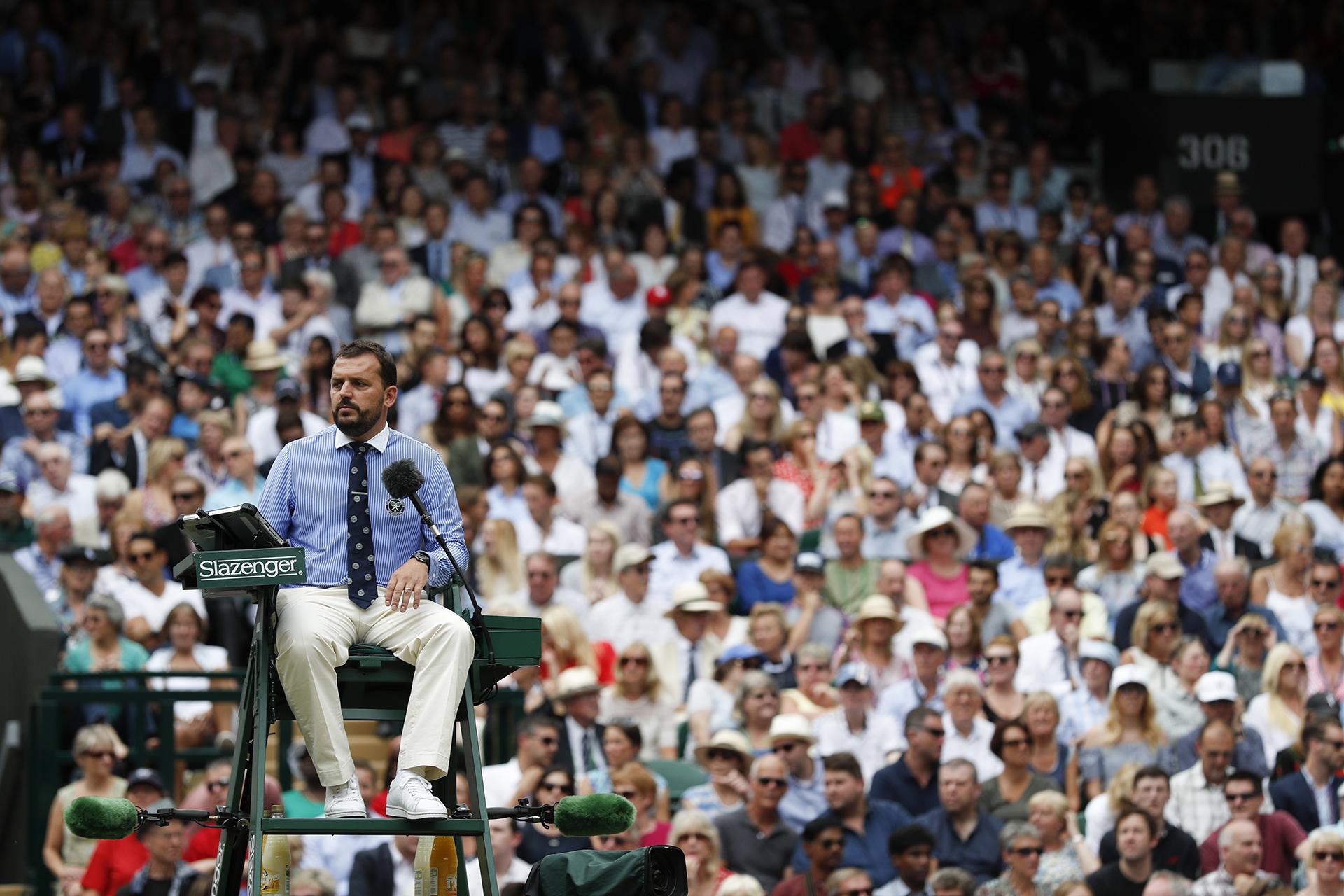El umpire Damien Dumusoisobserva el match en el que Federer escribió otro episodio en la historia del tenis