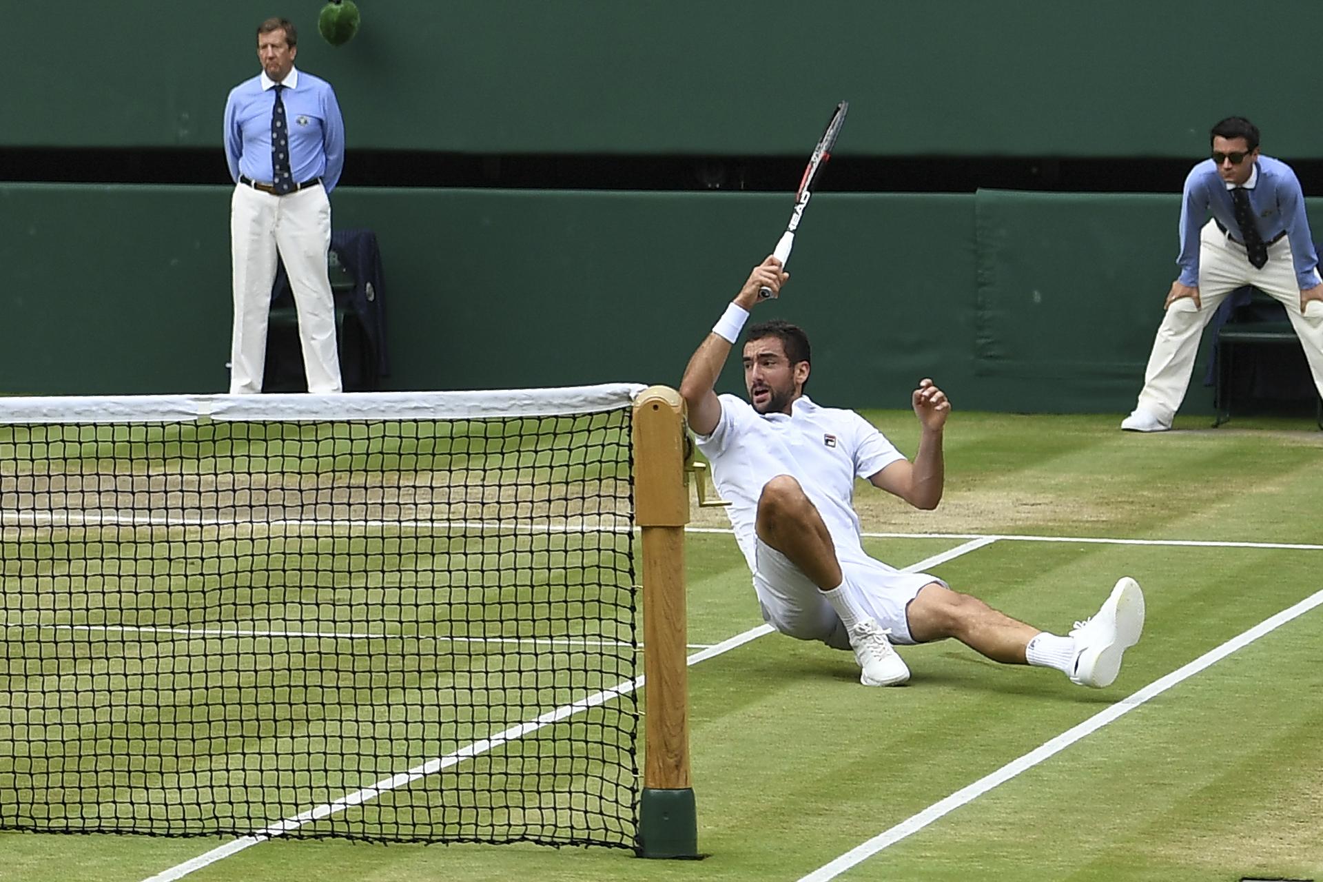 Cilic le pega desde el suelo. Todo parece difícil ante Roger