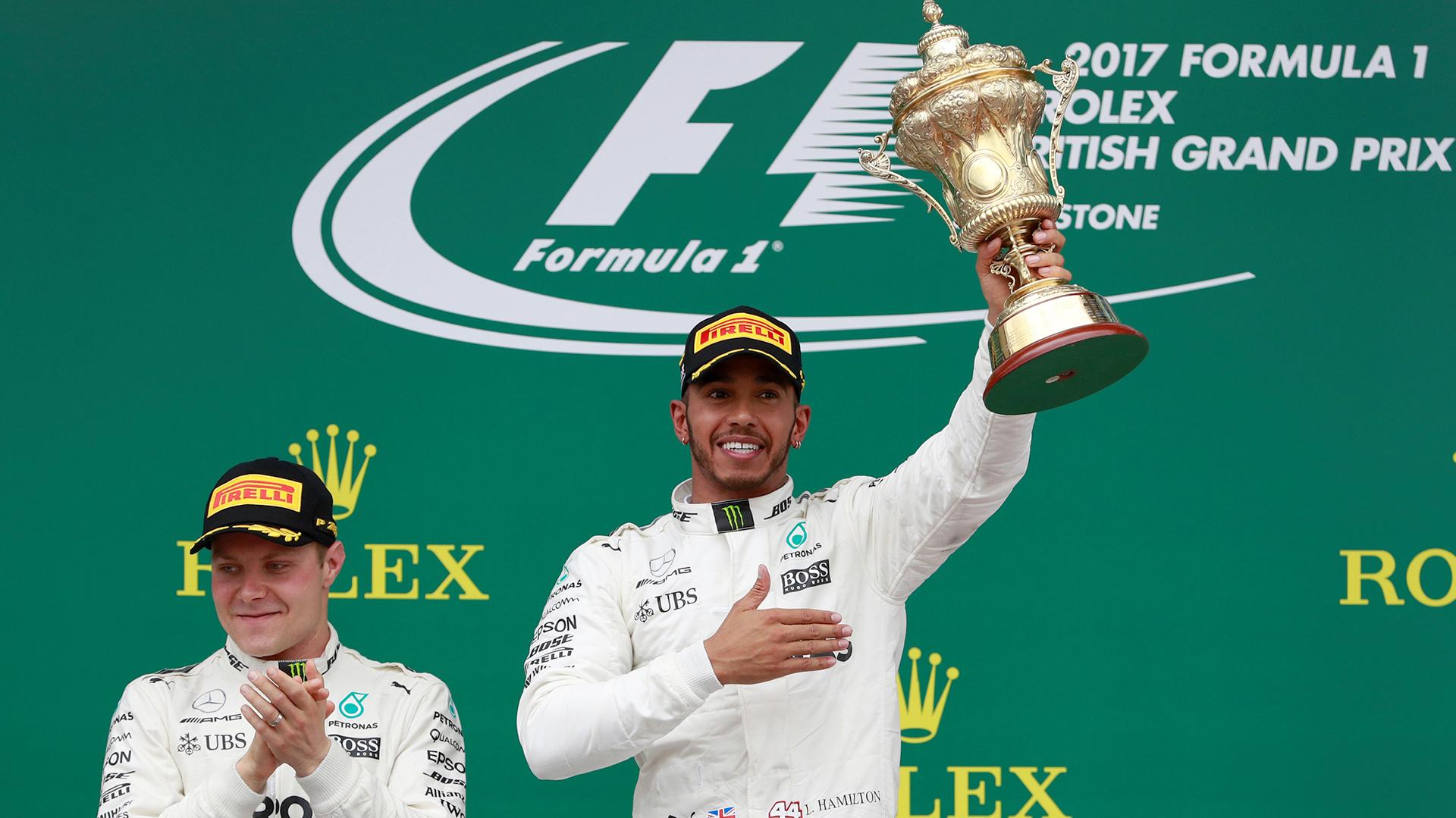 Lewis Hamilton ganó en Silverstone y festejó ante su público. El piloto de Mercedes partió desde la 'pole position' en el Gran Premio de Inglaterra y mantuvo el liderato durante toda la carrera. El podio lo cerraron su compañero Valtteri Bottas y Kimi Raikkonen, de Ferrari