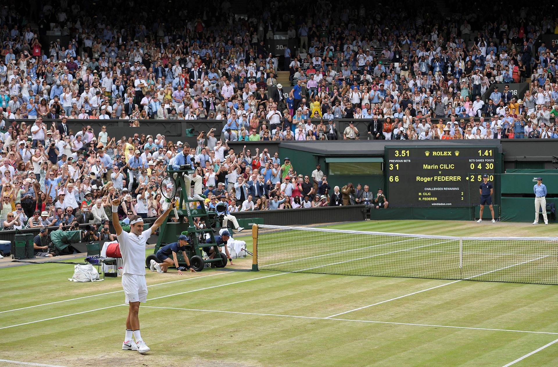 Roger agradece el cariño del público en la Catedral del tenis REUTERS/Toby Melville