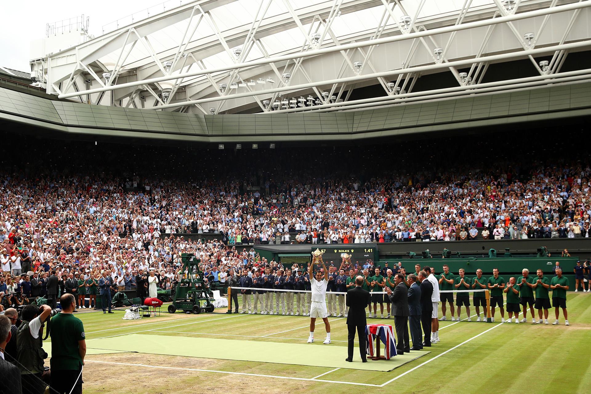 Todos de pie para aclamar a Roger tras el triunfo ante Cilic