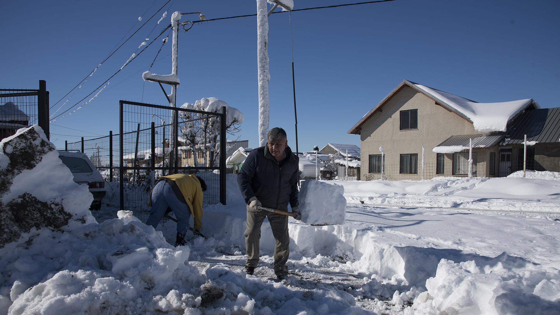 Tras la nevada, el arduo trabajo de remover la nieve