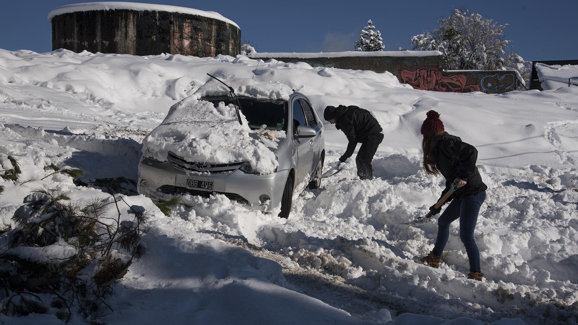 Bariloche 16/07/17 La mayor nevada en los últimos veinte años. Las ciudades cordilleranas siguen afectadas por el intenso temporal que hizo que colapsaran servicios y se cerraran rutas y caminos. La última vez que nevó así fue en 1995. Foto: Marcelo Martinez