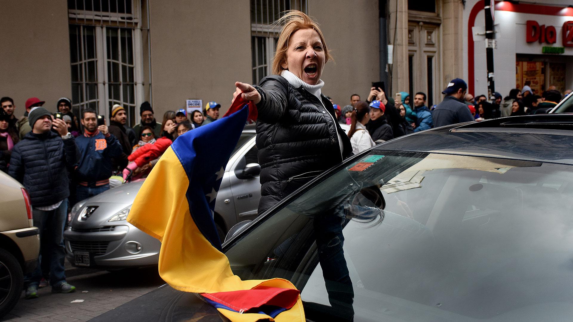 Miles de venezolanos se volcaron a las calles de Buenos Aires para oponerse a la Constituyente de Nicolás Maduro. La consulta popular impulsada por la mayoría opositora en el Parlamento se realizó en Venezuela y en más de 200 ciudades del mundo