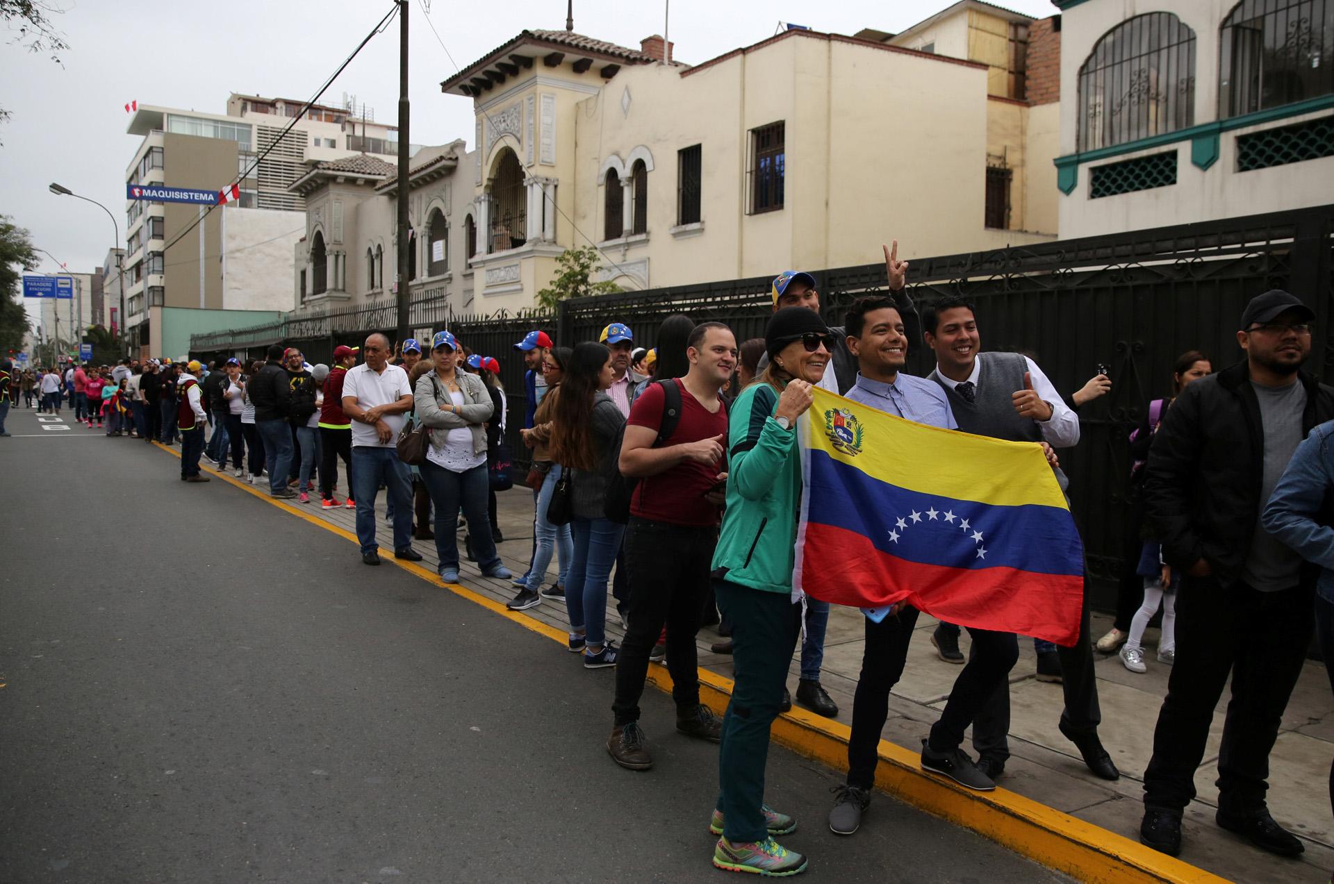 Varias cuadras de fila se formaron en Lima, adonde un gran número de venezolanos ha migrado en los últimos meses
