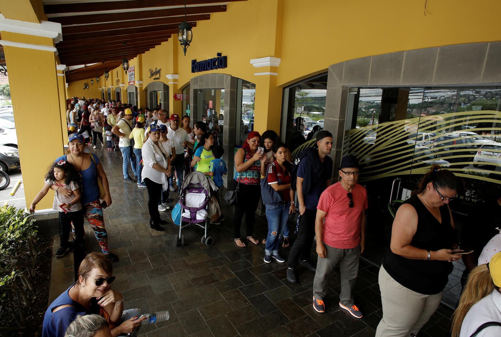 Las filas en San José se extendieron en dos centros de votación