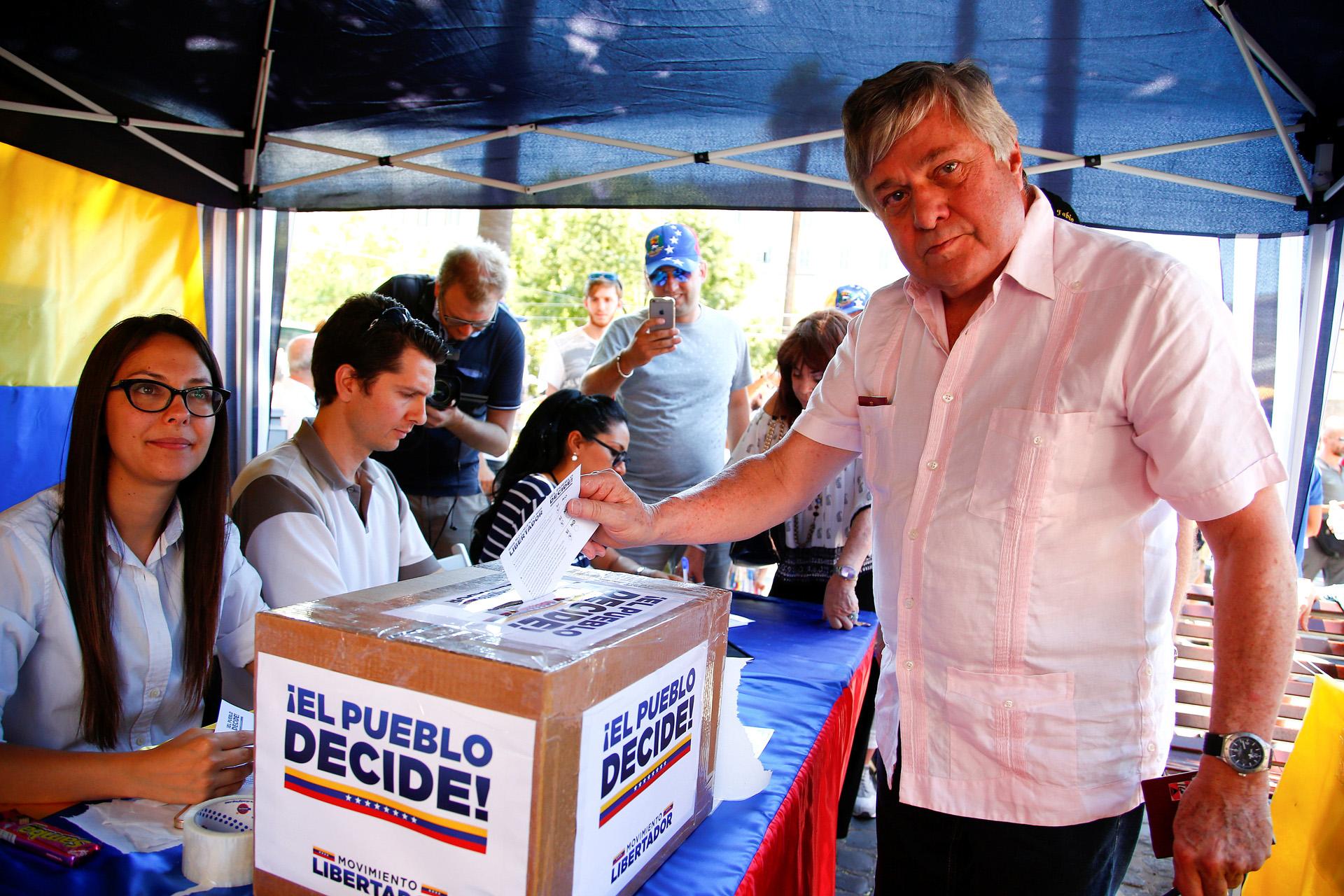 Leopoldo López Gil padre del líder opositor participó en Roma en el plebiscito