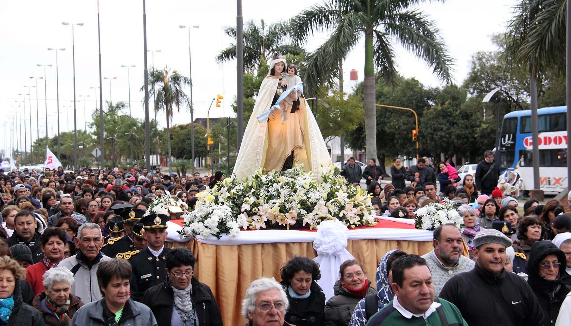 Los formoseños participaron de una procesión masiva en honor a la Virgen del Carmen, patrona de la provincia – Fotos: Nicolás Stulberg – Télam – NA – Reuters
