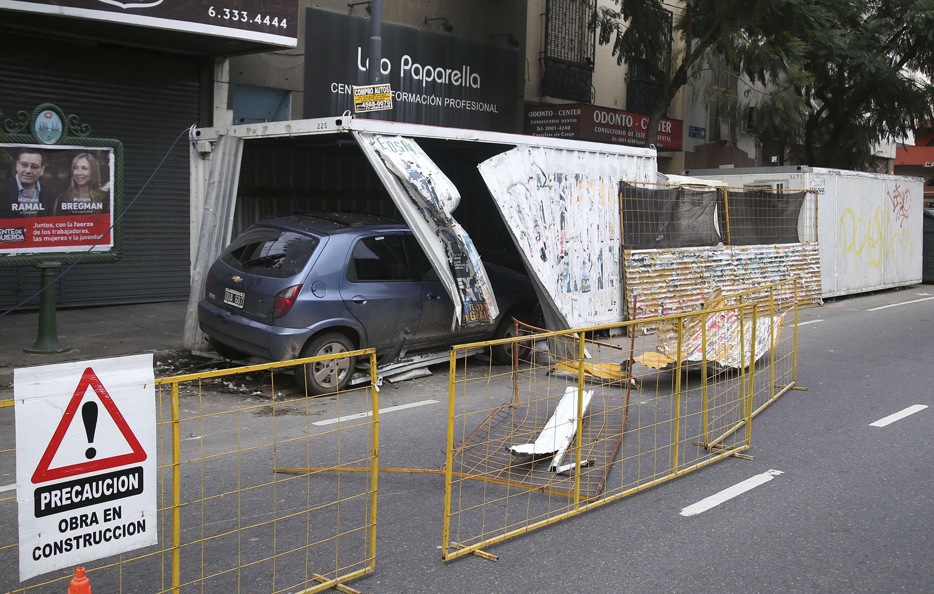 Vista del auto accidentado esta madrugada, en donde se metió dentro de un conteiner perteneciente a una obra en construcción en la Av. Independencia entre las calles Entre Rios y Solis de esta capital