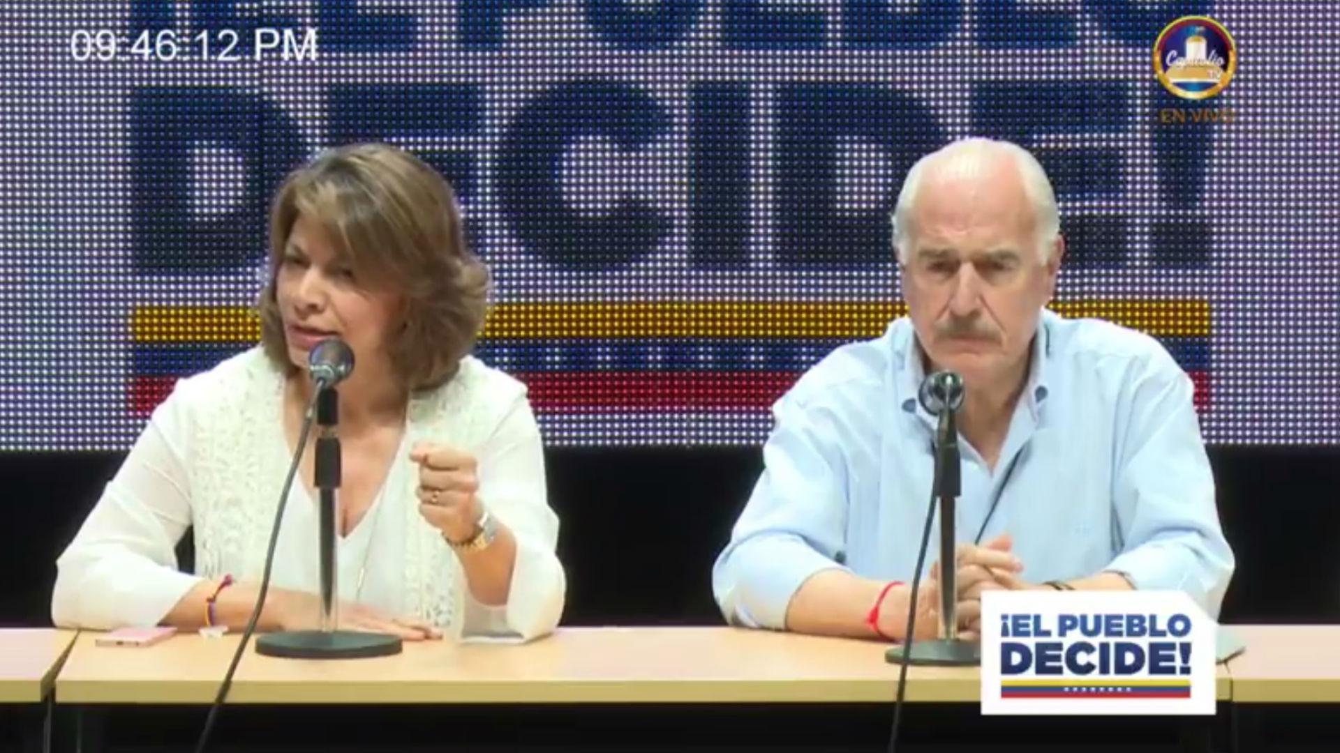El ex presidente colombiano Andrés Pastarana y la ex presidente de Costa Rica, Laura Chinchilla