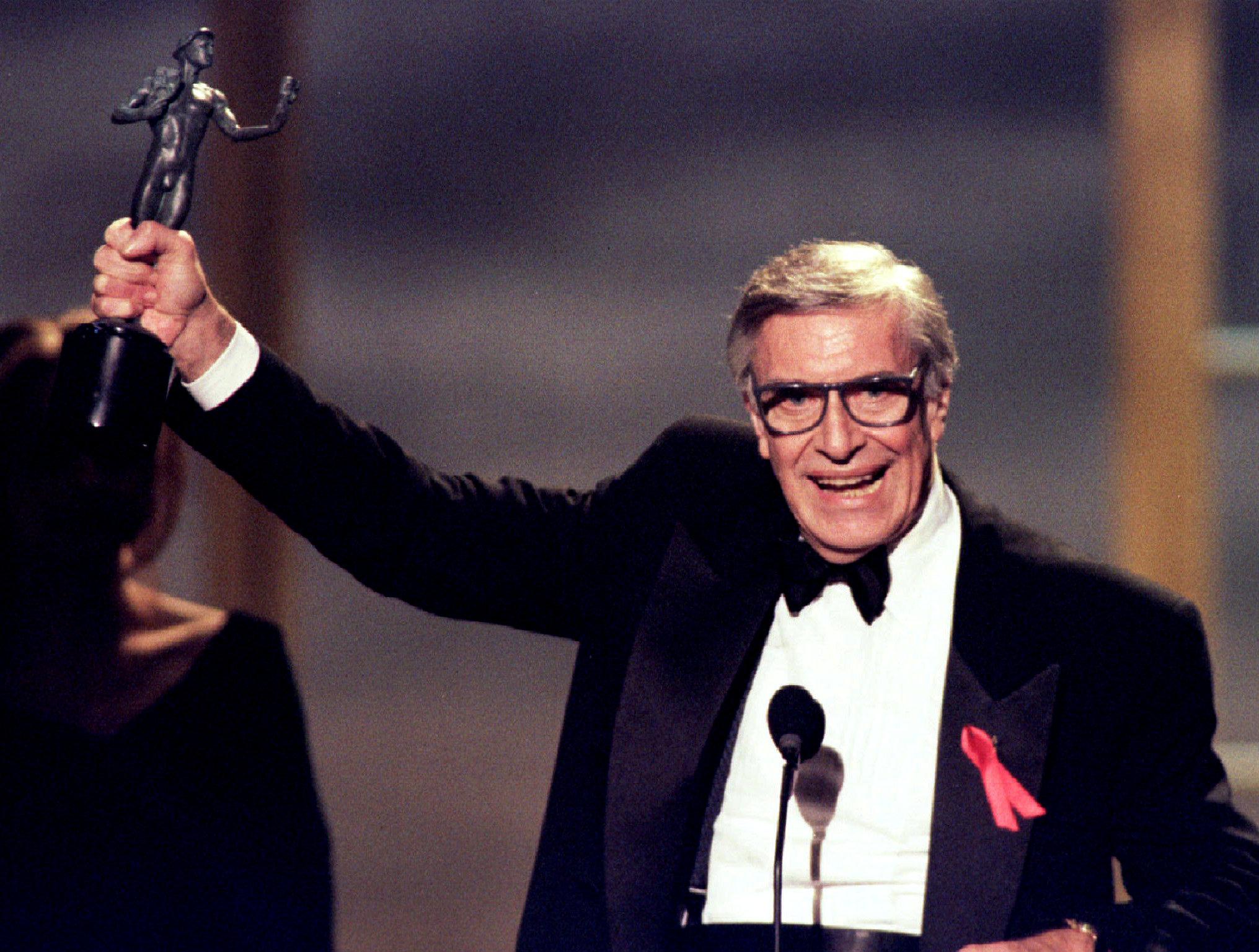 """Martin Landau con el Oscar por su papel en """"Ed Wood"""", en 1995 (Reuters)"""