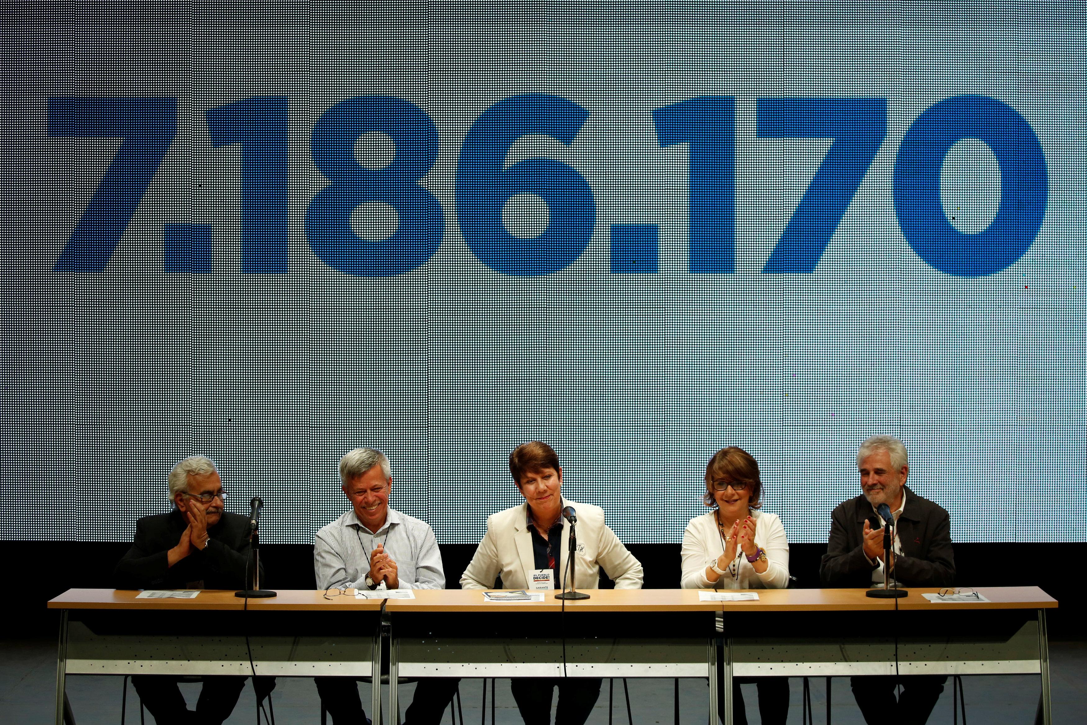 Los rectores garantes del proceso al anunciar el resultado (Reuters)