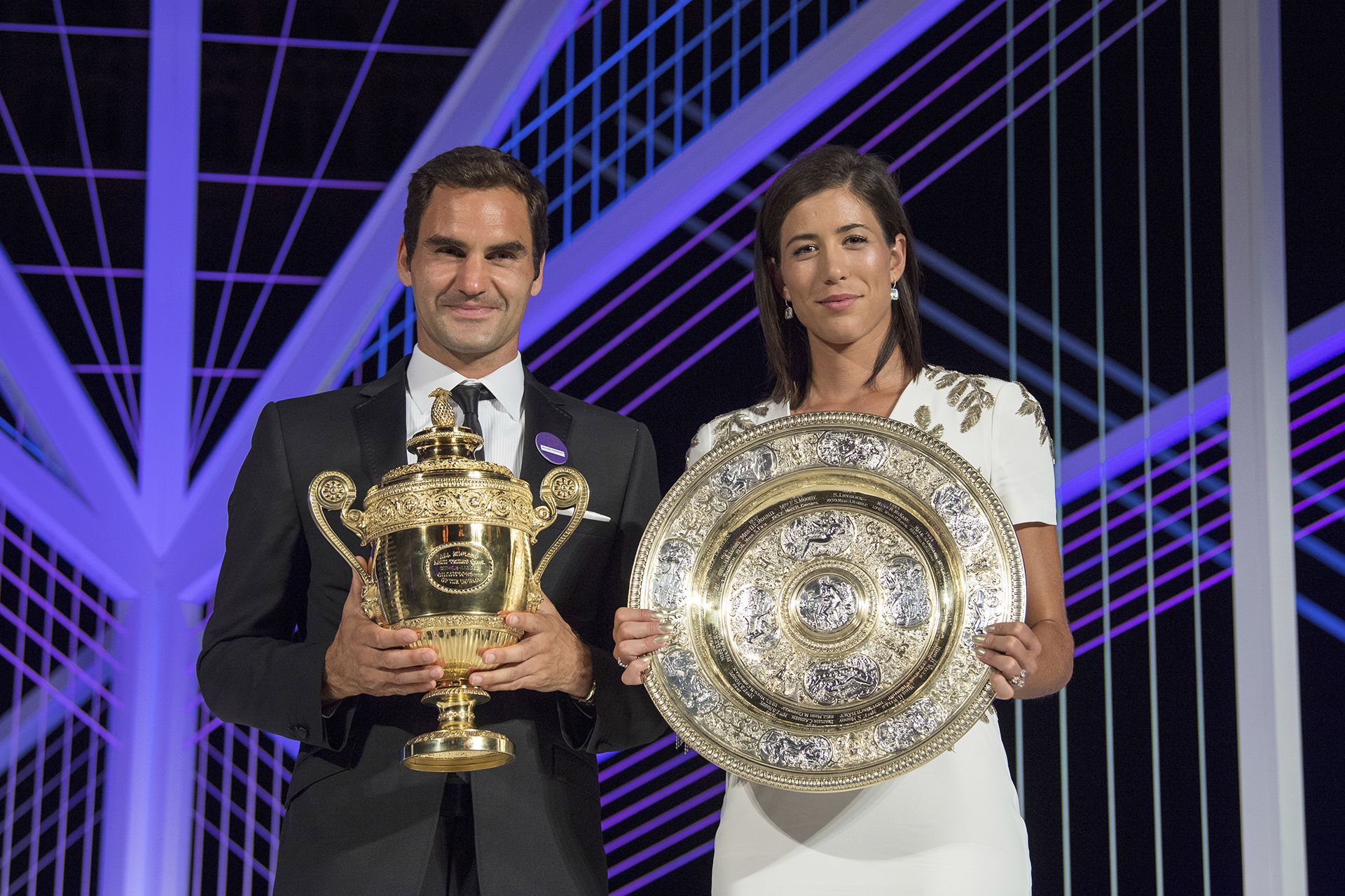 Federer y Muguruza exhiben sus trofeos (Thomas Lovelock/AELTC, Pool via AP)