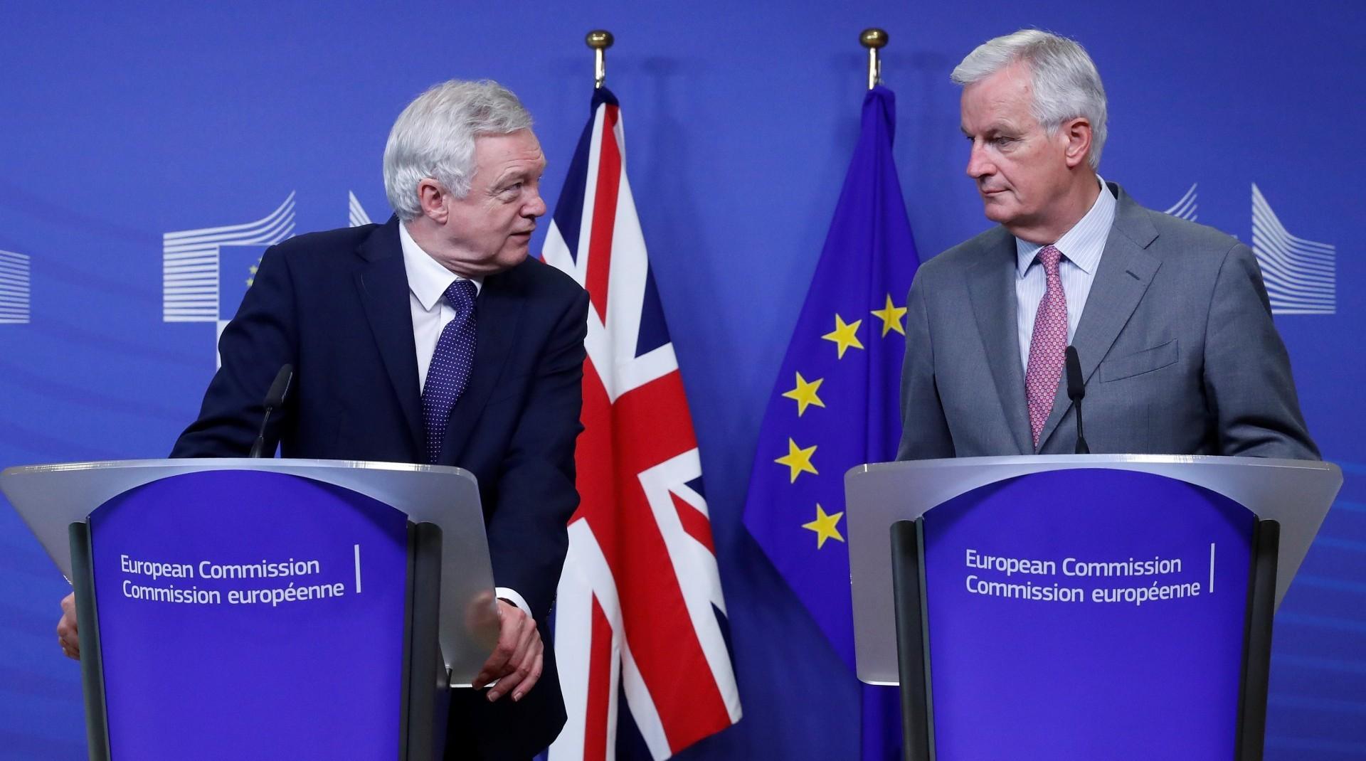 El secretario británico David Davis y el comisionado francés Michel Barnier, en Bruselas (Reuters)