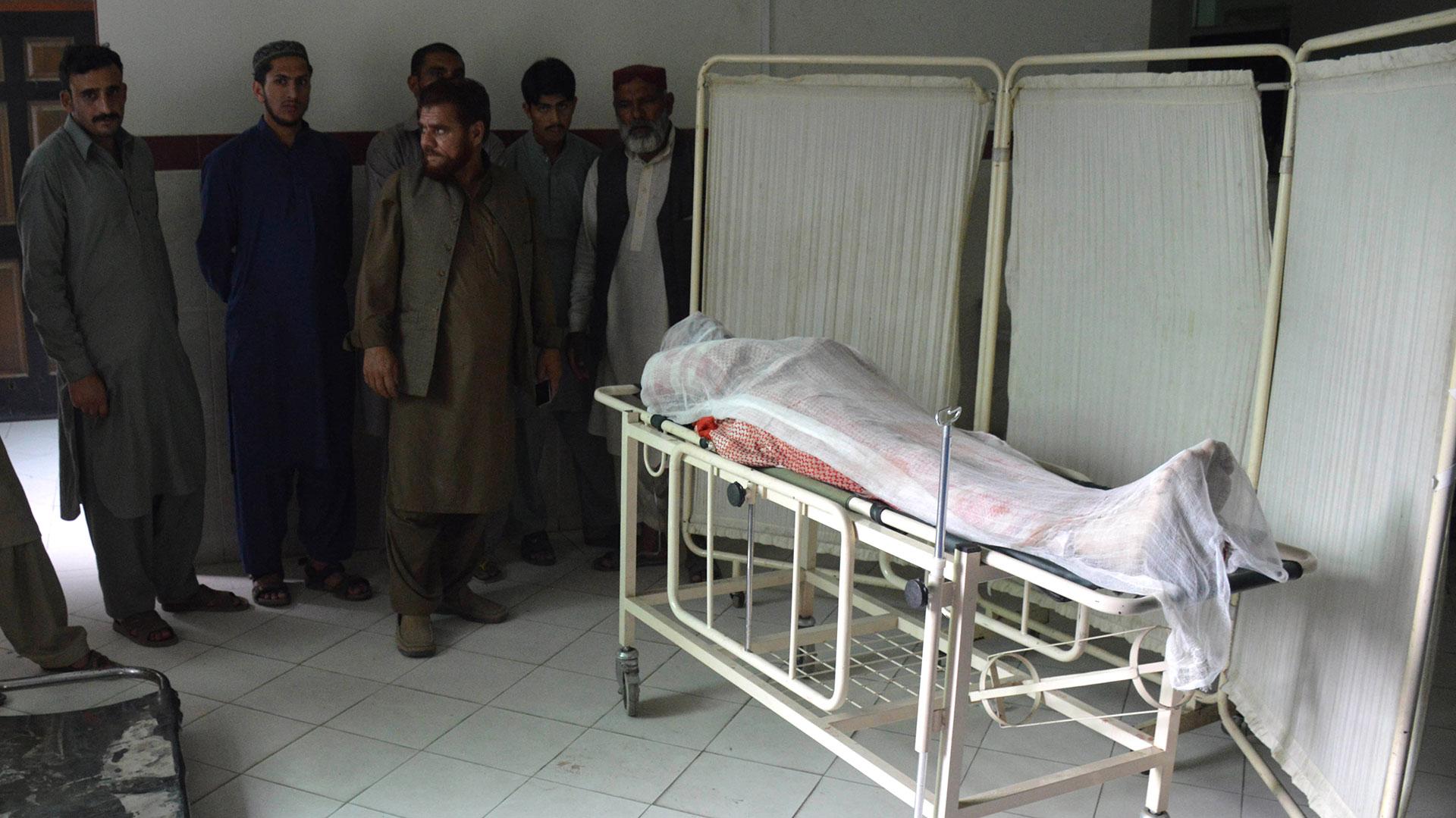 Militares de Pakistán observan uno de los muertos en el ataque (AFP)