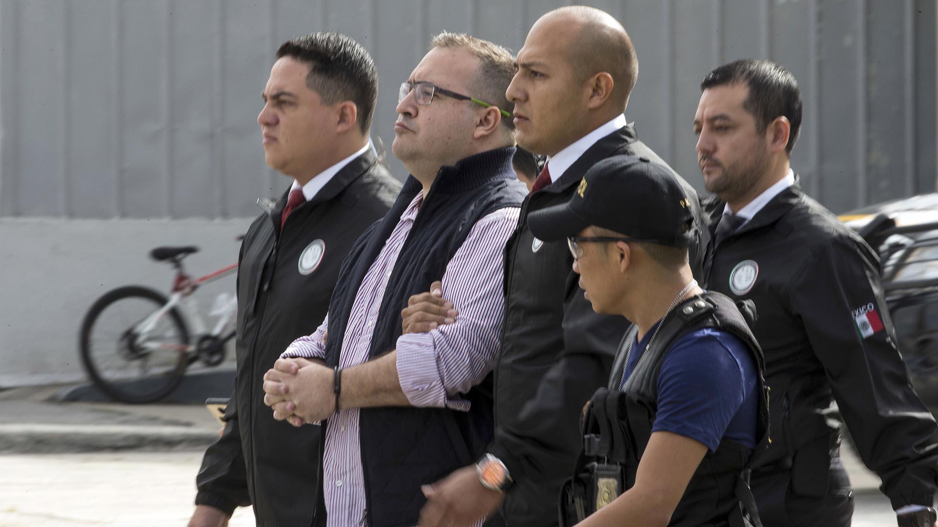 Javier Duarte este lunes durante su extradición a México. (Foto: AP)
