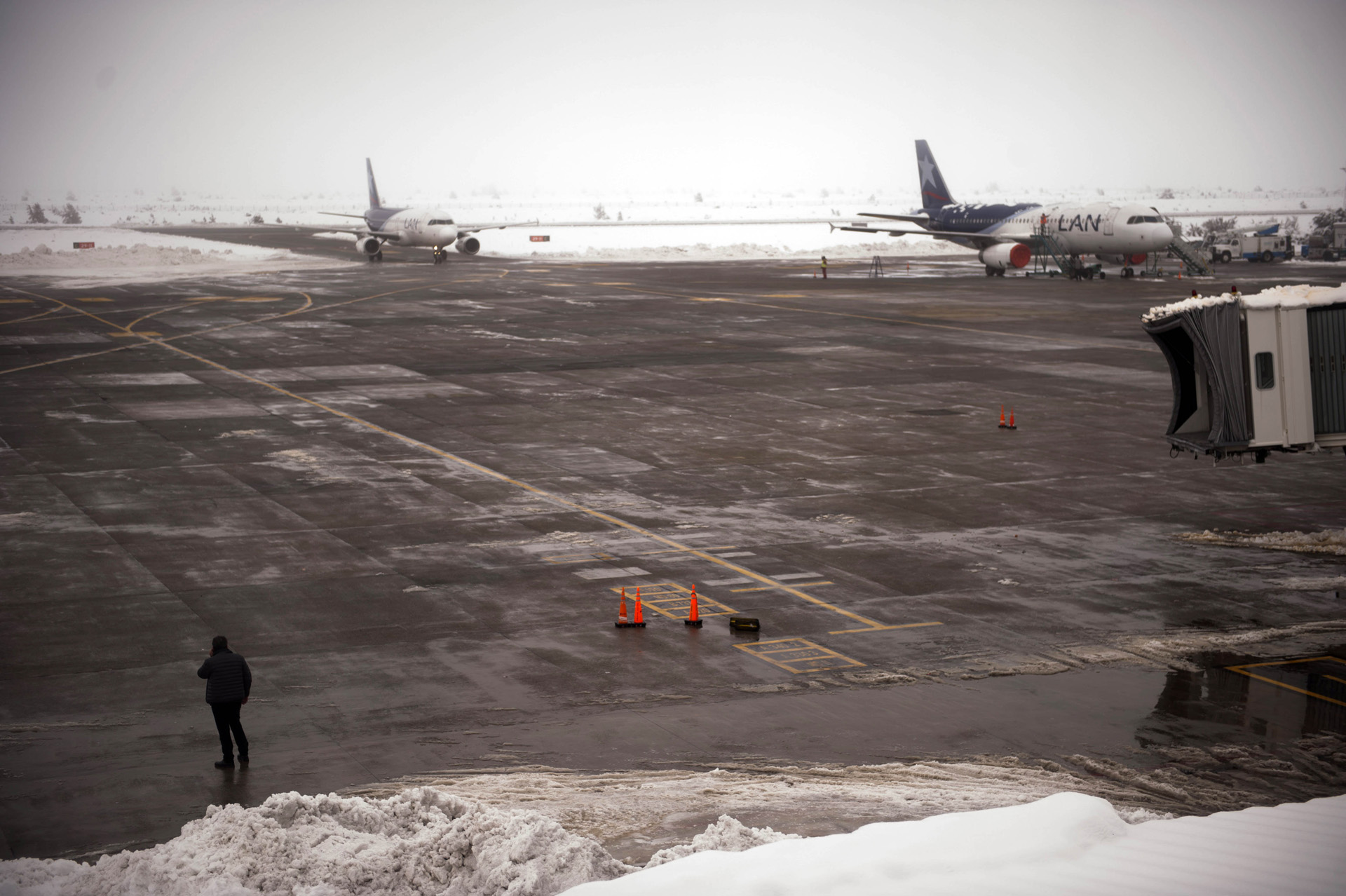 En el aeropuerto de Bariloche gran cantidad de pasajeros aguardan para poder regresar a sus lugares de destino
