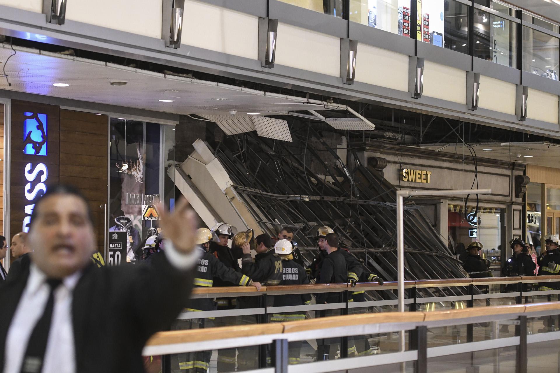 Una parte del techo del primer piso del shopping Abasto se cayó esta tarde y aunque no hubo heridos ya que nadie pasaba por el lugar en el momento del derrumbe, el hecho generó alarma entre los asistentes, parte de los cuales fueron evacuados por los bomberos