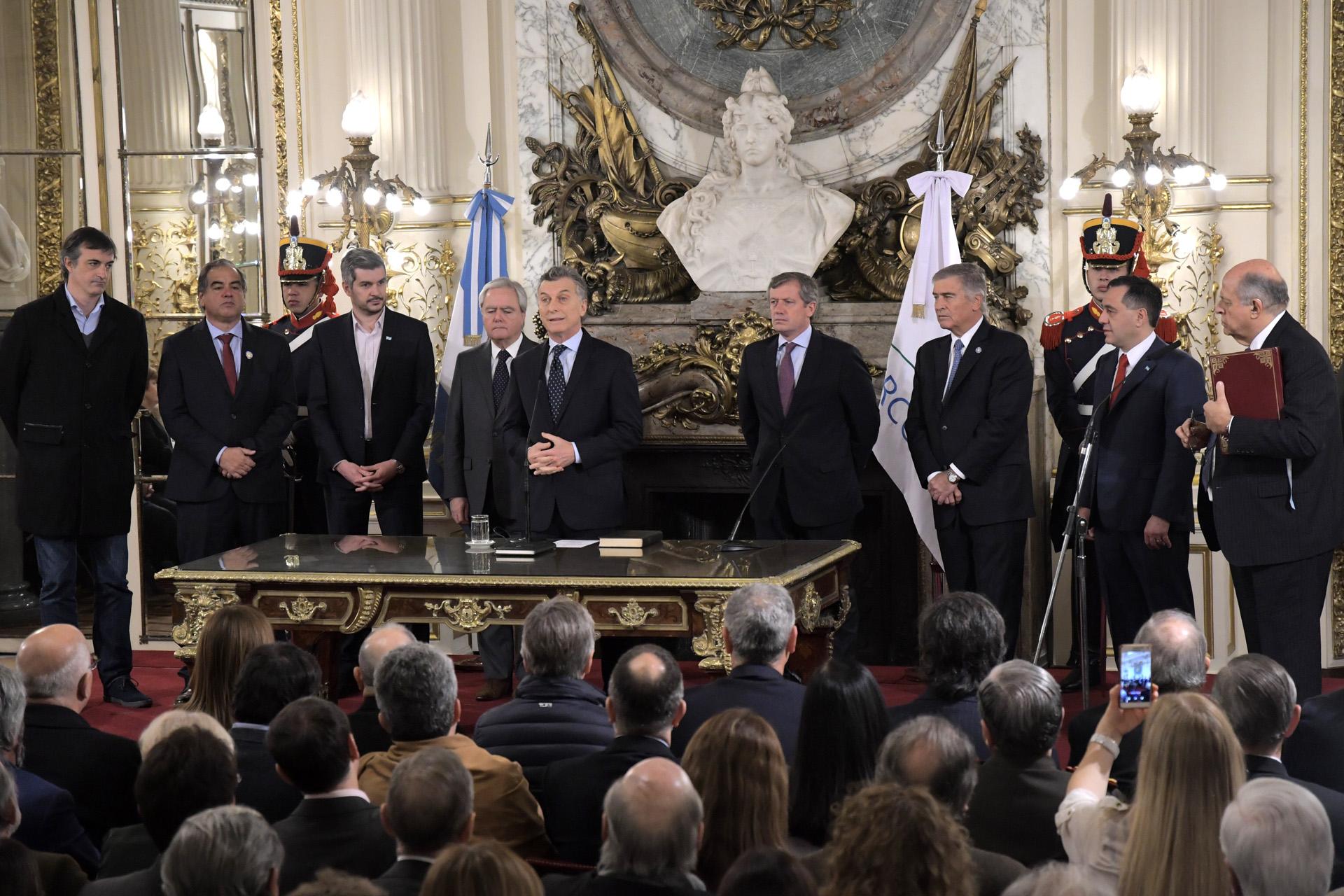 El presidente, Mauricio Macri, tomó juramento y puso en funciones a los nuevos ministros de Educación, Alejandro Finocchiaro, y de Defensa, Oscar Aguad, en una ceremonia que se realizó esta mañana en el Salón Blanco de la Casa de Gobierno