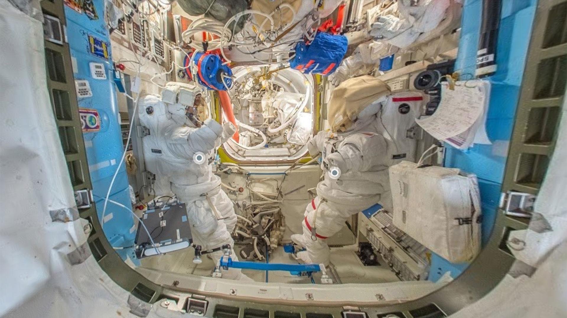 Vista de dos trajes espaciales en la Estación Espacial Internacional por Street View