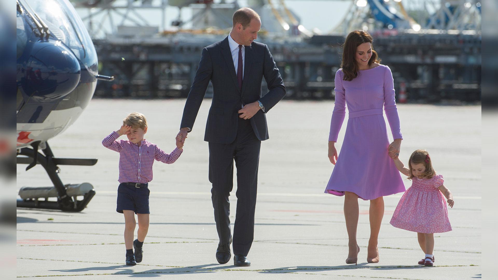 Kate Middleton y su esposo el príncipe William realizaron una gira por Alemania y Polonia junto con sus hijos, George y Charlotte. Una vez más impactaron por un look elegante y simbiótico (Getty)